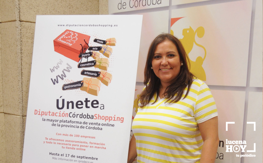 Ana Carrillo junto al cartel promocional de Córdoba Shopping